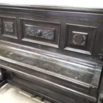 Темное пианино на реставрации
